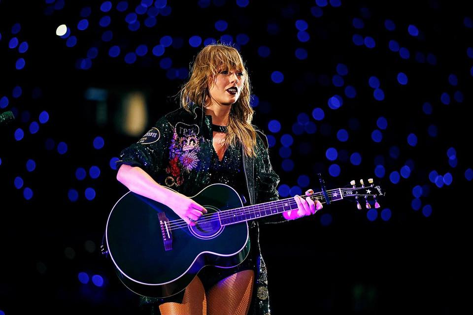 Taylor Swift signs global recording agreement with Universal